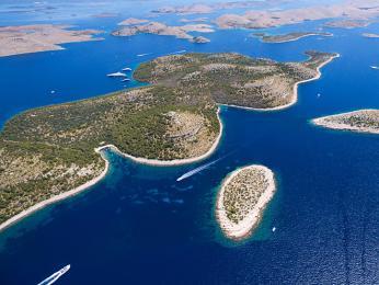 Národní park Kornati je tvořen mimo jiné mnoha malými neobydlenými ostrůvky