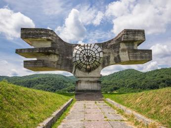 Brutalistický památník revoluce lidu Moslaviny u vesnice Podgarić