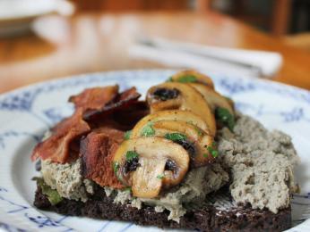 Chléb leverpostej zdobený paštikou, slaninou ahoubami