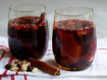 Svařené víno gløg ochucené oříšky arozinkami