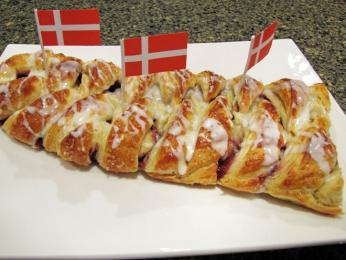 Sladké pečivo wienerbrød plněné marmeládou apolité bílou polevou