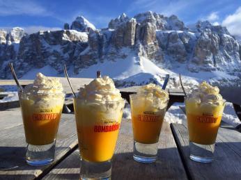 Dejte si na svahu pauzu a ochutnejte bombardino, nápoj zimních Dolomit