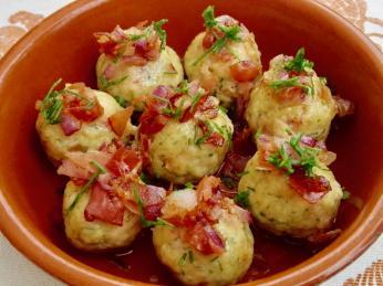 Knedlíčky canederli tvoří pečivo, špek, vejce, trocha mléka, cibulky a petrželky