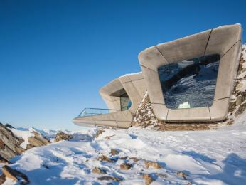 Messnerovo muzeum od Zahy Hadid leží na vrcholu hory Kronplatz