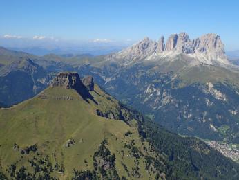 Výhled z vrcholu Il Collaz - v pozadí Sassolungo
