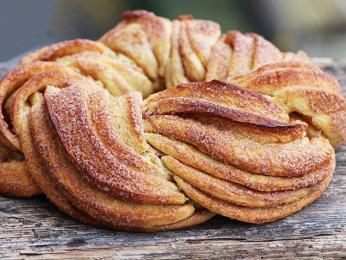 Skořicový pletenec kringel z listového těsta sypaný cukrem
