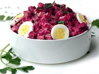 Typicky růžový salát rosolje zčervené řepy, brambor asleďů