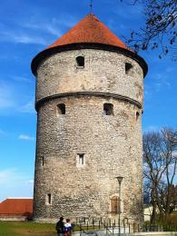 Masivní věž z15.století dostala pojmenování Kiek-in-de-Kök (Koukni do kuchyně)