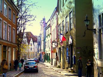 Pikk tänav - hlavní ulice Starého města lemovaná středověkými domky