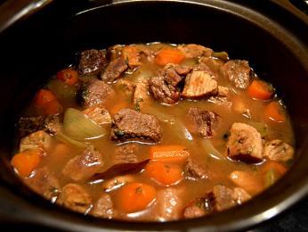 Karjalanpaisti – dušený pokrm nejčastěji zhovězího masa a kořenové zeleniny