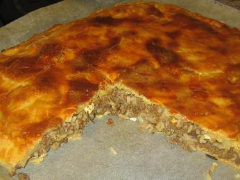 Lihapiirakka - masový koláč ze stejného těsta, jaké se používá na koblihy