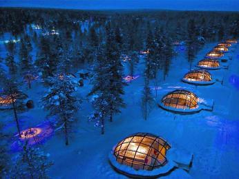 Originální ubytování ve skleněných iglú vKakslauttanen
