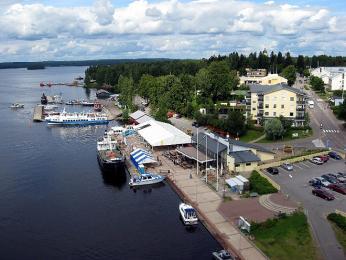 Malý přístav má vjezerní oblasti Finska každé městečko