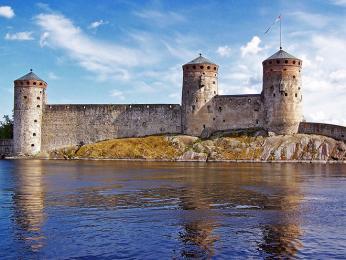 Středověký hrad Olavinlinna ve městě Savonlinna