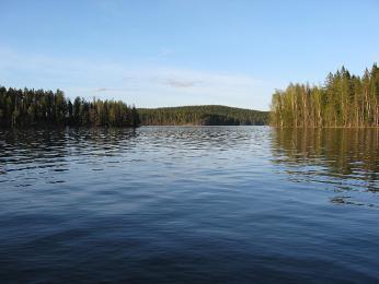 Sluníčko vlétě příjemně prohřeje vodu vjezerech i na úplném severu Finska