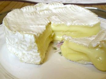 Camembert má charakteristickou bílou kůrku zplísně a krémový vnitřek