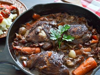 """Coq au vin - """"kohout na víně"""" se ve skutečnosti většinou připravuje zkuřecího masa"""