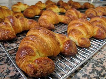 Croissant - pečivo ve tvaru půlměsíce zmáslového kynutého těsta