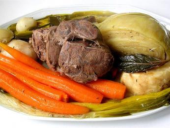 Pot-au-feu – pokrm zdušeného hovězího masa a zeleniny