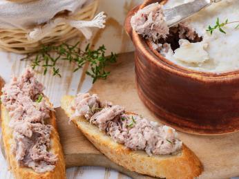 Tradiční masová pomazánka rillettes připravovaná velmi pomalým vařením