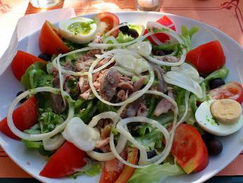 Salade Niçoise - salát pocházející změsta Nice