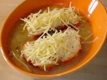 Soupe àl´oignon – tradiční francouzská cibulová polévka