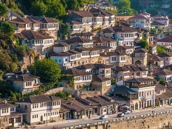 Domky ve staré turecké čtvrti v Beratu, hlavním městě stejnojmenného regionu