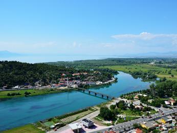 Řeka Buna vytékající ze Skadarského jezera