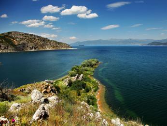 Prespanské jezero ležící současně na hranicích tří zemí