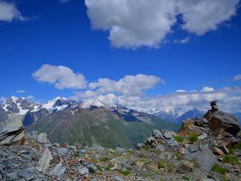 Pohled zvyhaslé sopky Aragac na okolní vrcholy