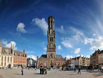 Dominantou Brugg je 83m vysoká zvonice Belfort na náměstí Grote Markt