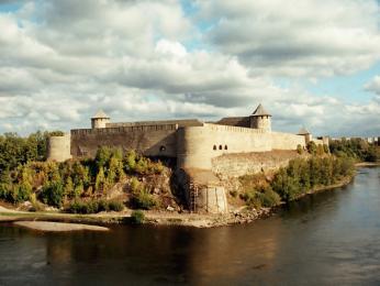 Pohled na ruský Ivangorod přes řeku Narvu