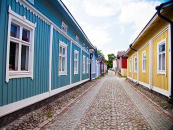 Historické centrum města Raumy tvoří barevné dřevěné budovy