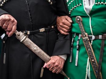 Výraznou ozdobou mužských šatů vAbcházii byla zbraň na opasku