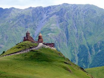 Kostel Cminda Sameba pod štíty Velkého Kavkazu na severu Gruzie