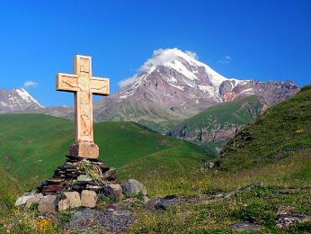 Hora Kazbek, nejvyšší vrchol východní Gruzie, dosahuje výšky 5033m