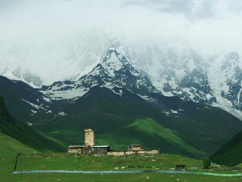 Vesnice Ušguli pod horou Šchara ve Svanetii