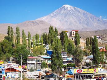 Pohled zdola na nejvyšší horu Íránu Damávand