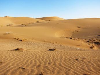 Značnou část země tvoří pouště