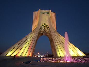 Moderní barevně osvětlený památník Azádí vnočním Teheránu