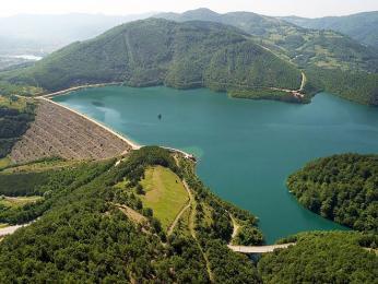 Přehrada Gazivoda na řece Ibar je největší na území Kosova