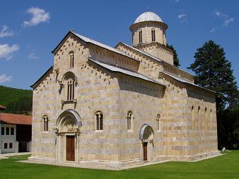 Dećanský monastýr románského a raně gotického stylu zrůžového mramoru