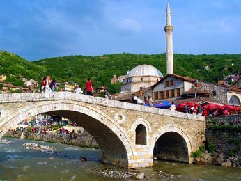 Asi nejznámějším symbolem Prizrenu je starý kamenný most