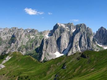 Pohoří Prokletije, neboli Prokleté hory, tvoří několik skalnatých hřebenů