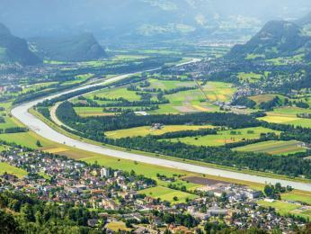 Řeka Rýn oddělující Lichtenštejnsko od Švýcarska