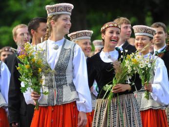 Lotyšské ženy vkroji během národního svátku hudby atance