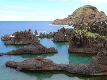 Mořské bazény vPorto Moniz poskytují příjemné koupáníipři velkých vlnách