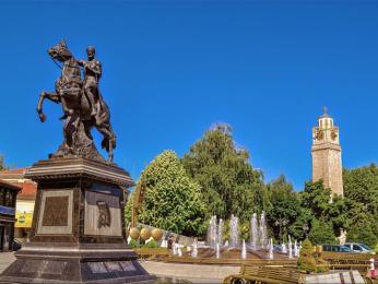 Filip II. Makedonský a hodinová věž na náměstí Magnolia v Bitole