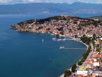 Město Ohrid rozkládající se na břehu Ohridského jezera