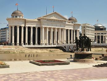 Budova soudu na jižním břehu řeky Vardar vhlavním městě Skopji